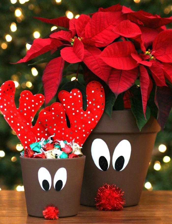 recyclage pots de fleur repeints de couleur marron avec nez en pompon rouge et des yeux en papier, bois de renne de pere noel