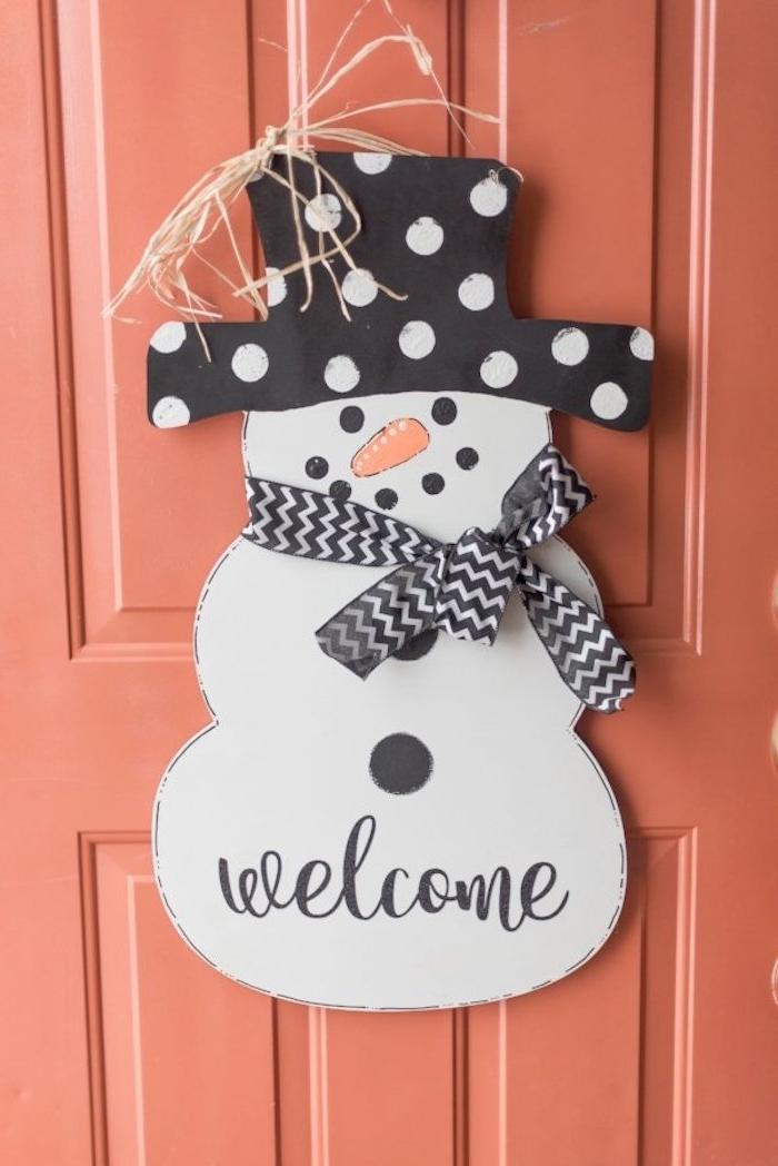 bonhomme de neige en bois customisé de peinture noir et blanc et echarpe noir et blanc, décoration de noel à fabriquer gratuit