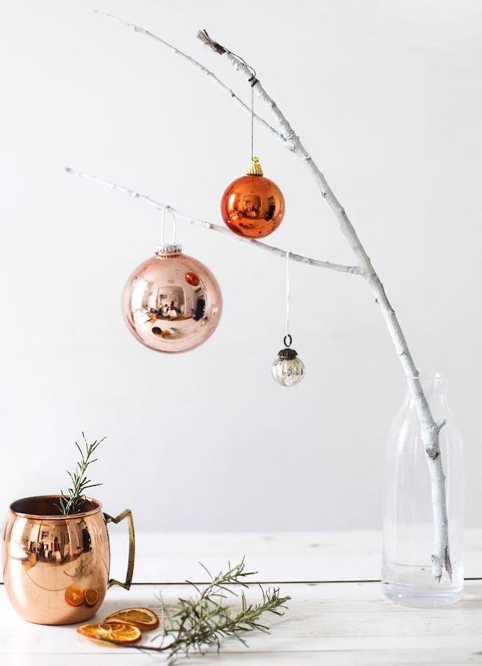 branche blanchie et décoré de boules de noel dans une bouteille à eau transparente, idee deco scandinave, décoration de noel à fabriquer pour adultes