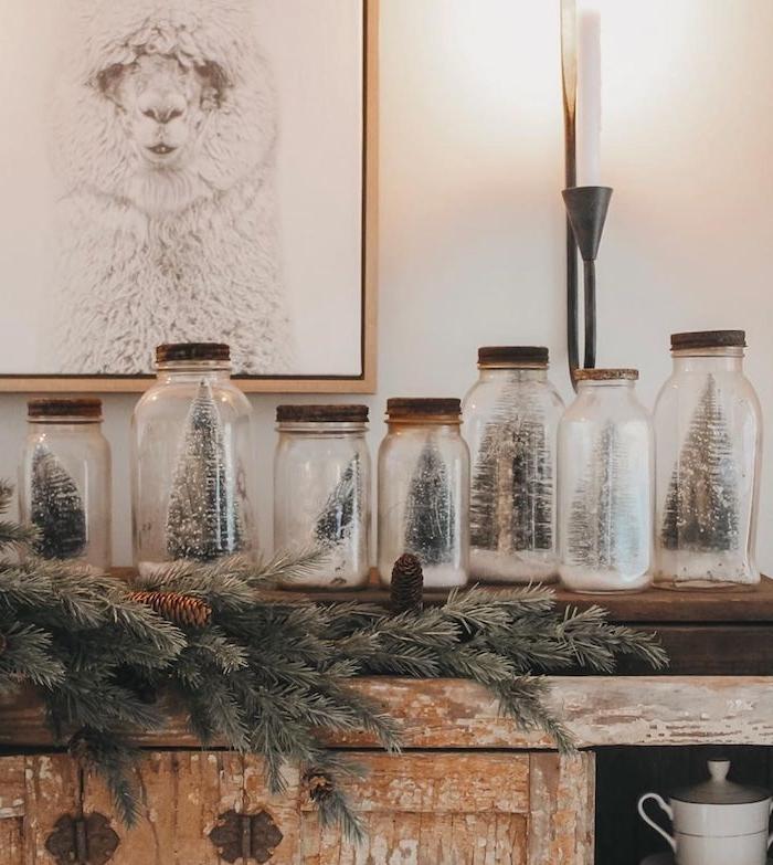 recyclage de pots en verre au couvercle bois avec neige artificielle et figurines de sapin de noel artificiel comme deco de noel a faire soi meme
