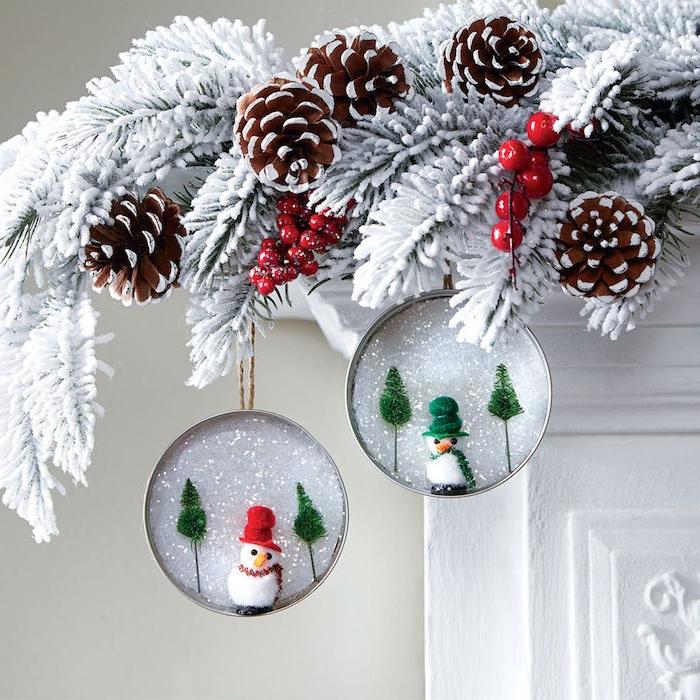 deco cheminee de noel en couvercles de pot en verre avec neige artificielle et figurines bonhomme de neige accrochés sur branches de pin blanchies, diy noel deco facile a faire