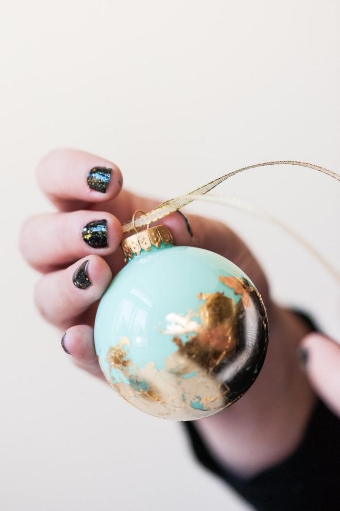 decoration noel a faire soi meme facile, modèle d'ornement de sapin en forme de boule colorée en turquoise avec déco en feuille d'or