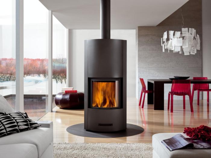 design-d-intérieur-avec-le-poêle-à-bois-idée-cheminée-centrale