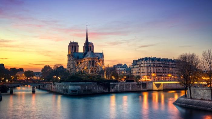 destination-balades-a-paris-visiter-balades-dans-paris-la-rivière-la-seine-notre-damme-ile-de-la-cité