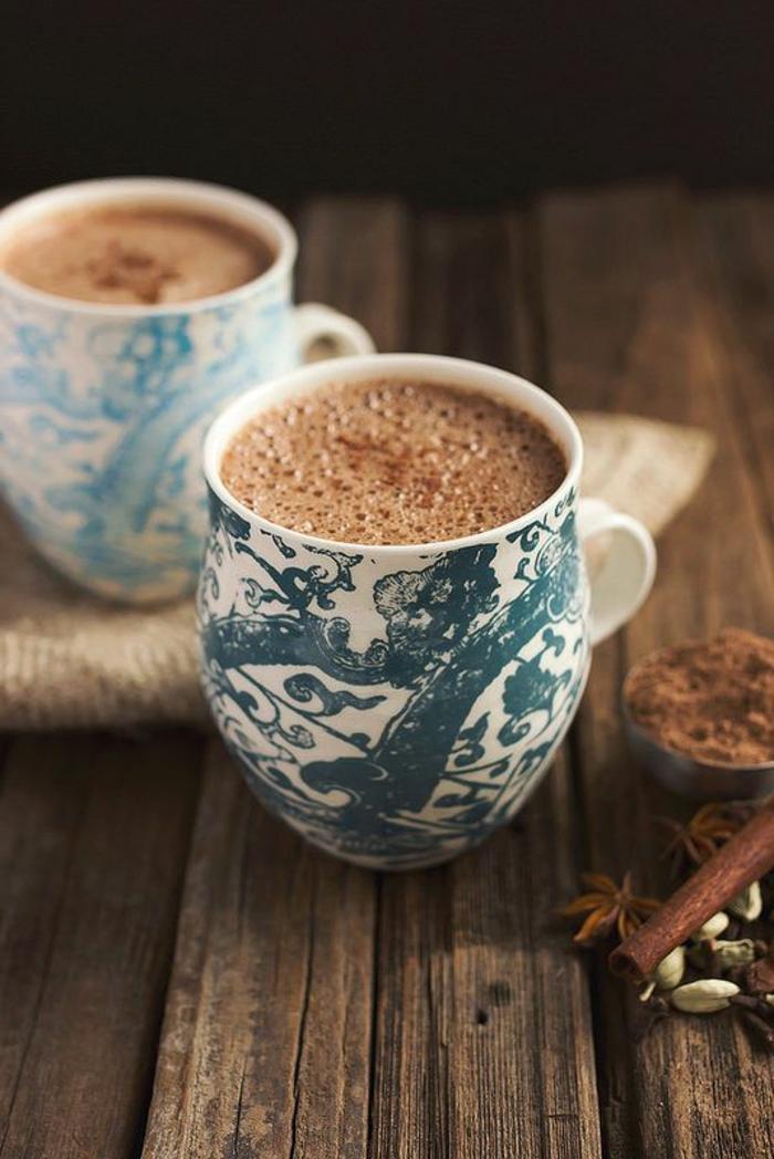 deux-tasse-à-café-personnalisées-de-couleur-blanc-bleu-pour-boir-votre-cafe-du-matin