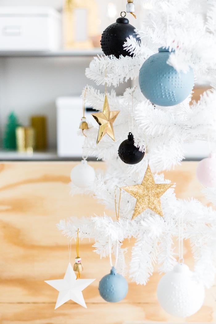 tuto deco noel facile, modèles de boules de Noël à motif flocons de neige en relief avec peinture tissu et peinture mate