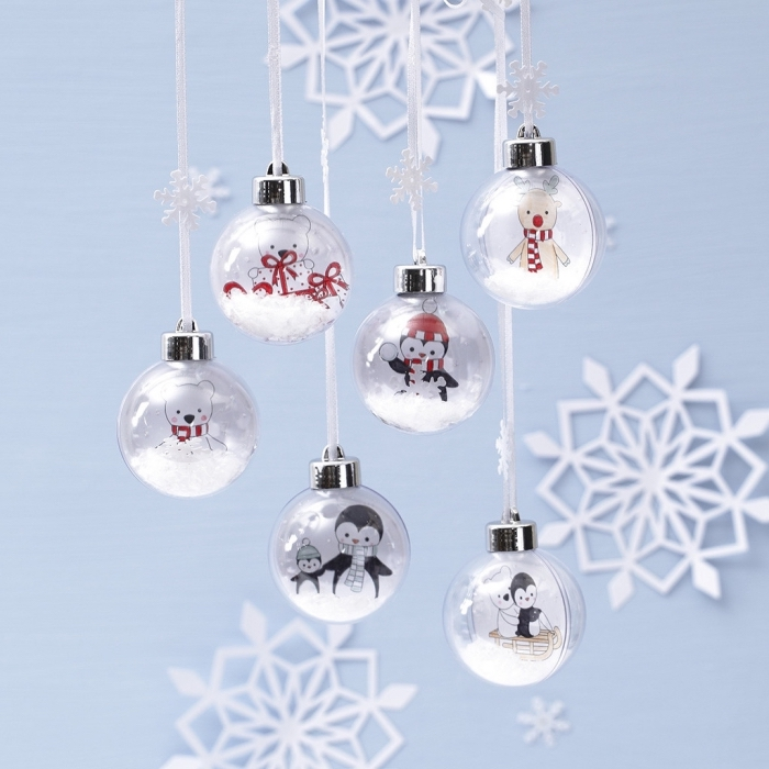 activité manuelle noel facile, exemple comment décorer ses jouets de noêl en verre avec fausse neige et stickers