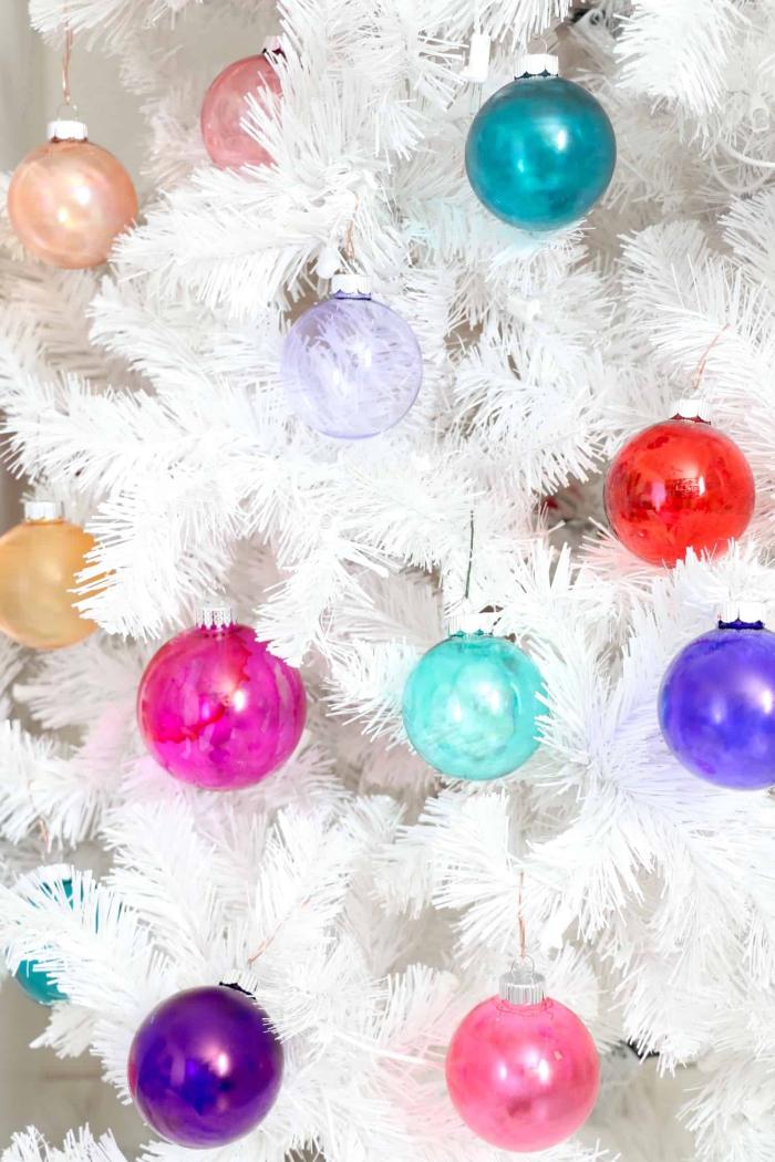 modèles de boule de noel personnalisée avec peinture, comment décorer un sapin de noêl artificiel aux branches blanches
