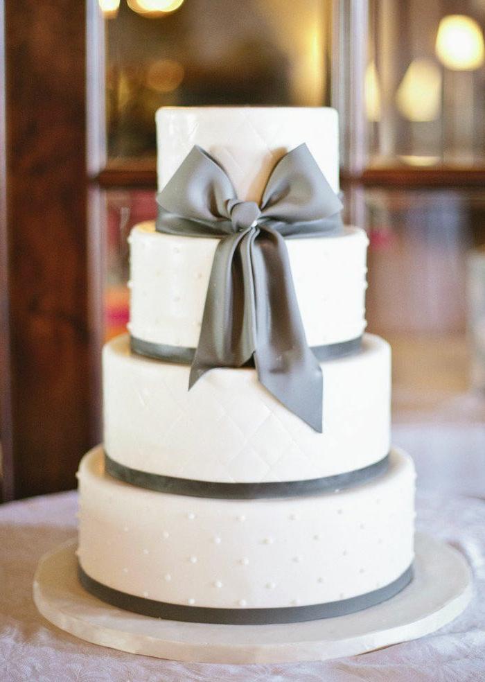 elegant-wedding-cake-avec-ruban-gris-et-gateau-de-mariage-pièce-montée-blanc