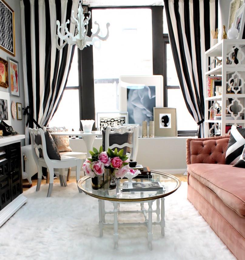 elegante-salle-de-sejour-tapis-shaggy-blanc-canape-confortable-en-rose-etagere-jolie