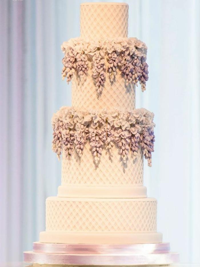 elegante-variante-de-la-gateau-de-mariage-originale-blanche-avec-fleurs-decoration