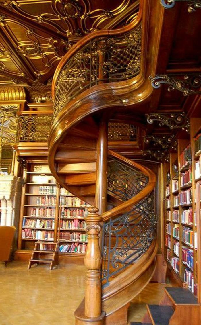 escalier-quart-tournant-en-bois-clair-dans-la-bibliothèque-en-bois-massif