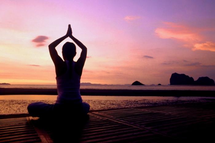 exercice-de-yoga-pilates-exercices-pratiques-âme-cool-au-coucher-du-soleil