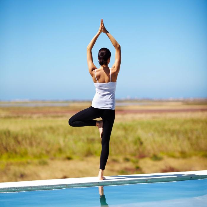 exercice-de-yoga-pilates-exercices-pratiques-âme-près-de-la-piscine