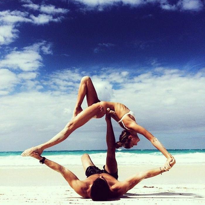 exercices-yoga-postures-de-yoga-sport-et-philosophie-bord-de-la-mer-sable-plage