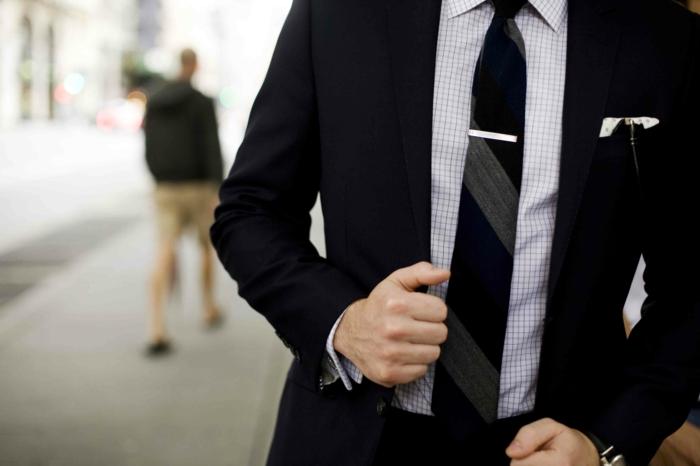 faire-un-noeud-de-cravate-coutume-noir-chic-cool
