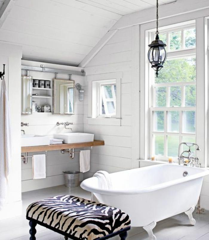 fauteuil-zèbre-pour-la-salle-de-bain-blanche-avec-baignoire-blanche-et-plafond-sous-pente