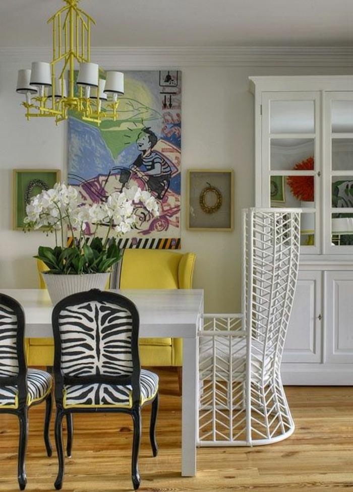 fauteuil-zebre-et-un-petit-fauteuil-crapaud-blanc-noir-et-fleurs-sur-la-table-en-bois