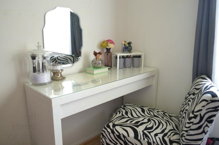 fauteuil-zebre-et-un-petit-fauteuil-crapaud-pour-le-coin-de-beauté-chez-vous-meuble-en-bois-blanc