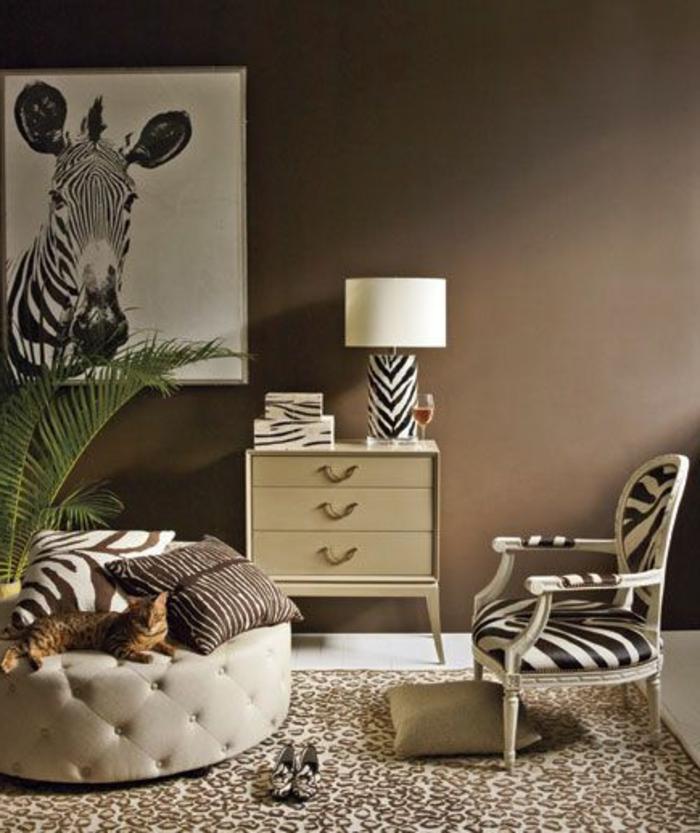 fauteuil-zebre-et-un-petit-fauteuil-crapaud-tapis-beige-et-blanc-chaise-ronde-en-cuir