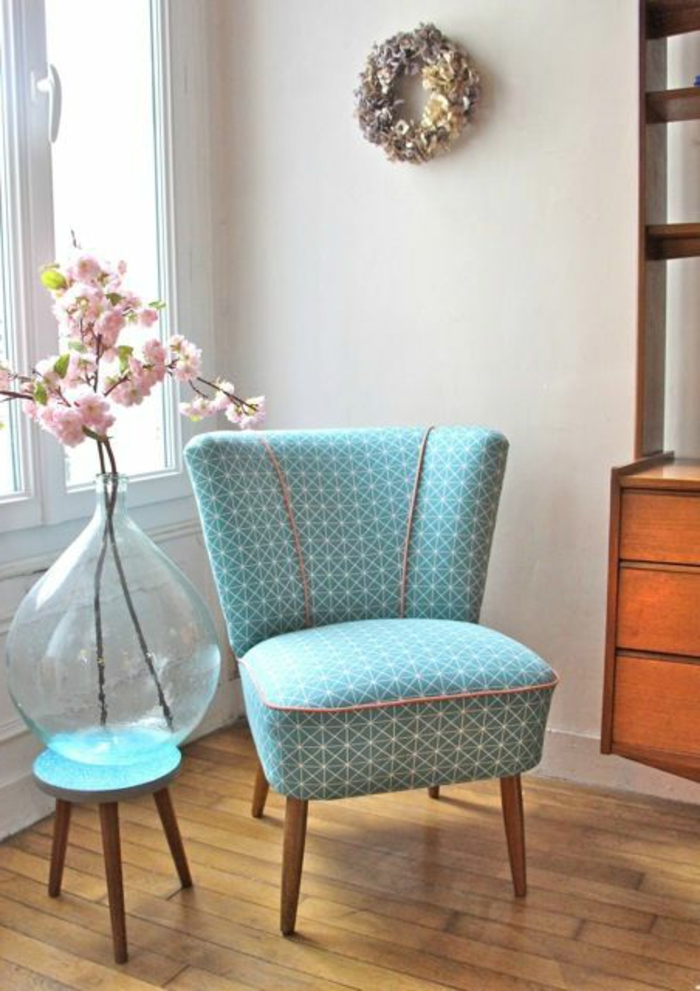 fauteuils-cabriolet-mini-fauteuil-bleu-clair-fleurs-dans-le-salon-moderne-sol-en-parquet-clair