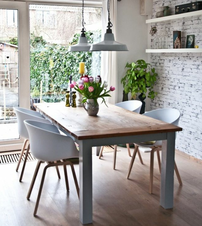 fauteuils-cabriolet-mini-fauteuil-en-plastique-pour-la-salle-de-sejour-moderne-avec-sol-en-parquet-et-fleurs-sur-la-tabe