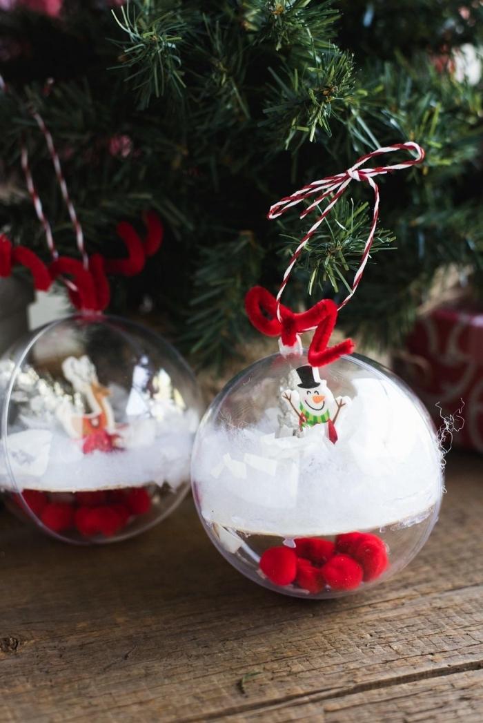 decoration sapin de noel amusante à fabriquer facile, DIY boule de sapin en plastique remplie de pompons et décorée avec stickers autocollants