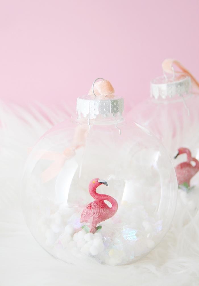 deco de noel a faire soi meme, idée comment customiser une boule transparente, remplir un ornement de sapin avec mini figurine décorative
