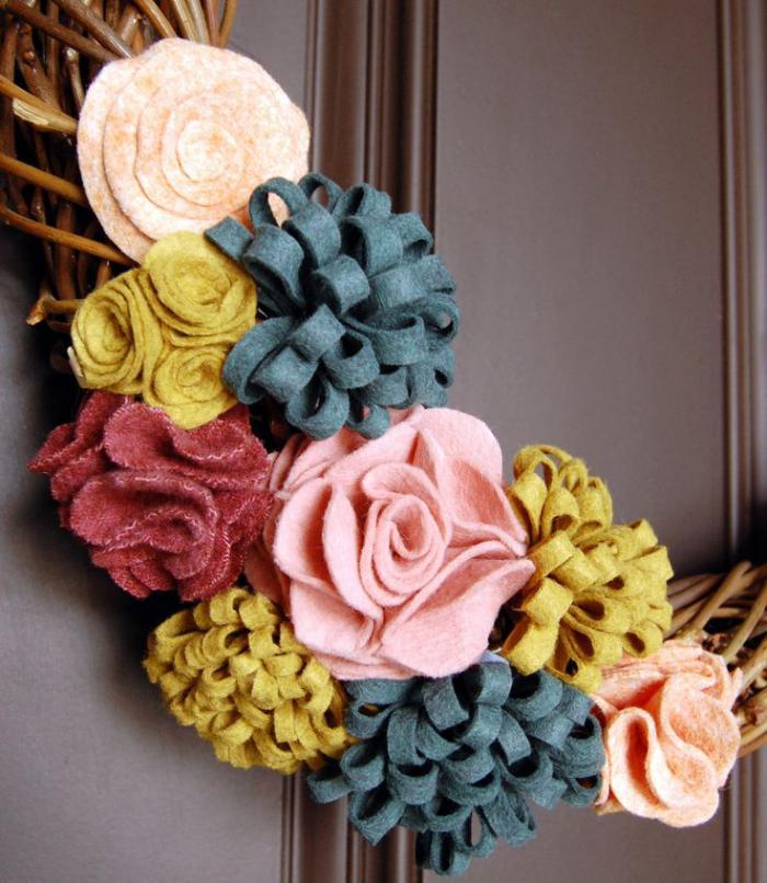fleurs-en-feutrine-couronne-pour-la-porte-d'entrée