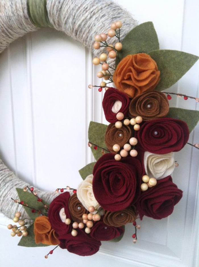 fleurs-en-feutrine-déco-diy-pour-la-porte-extérieure