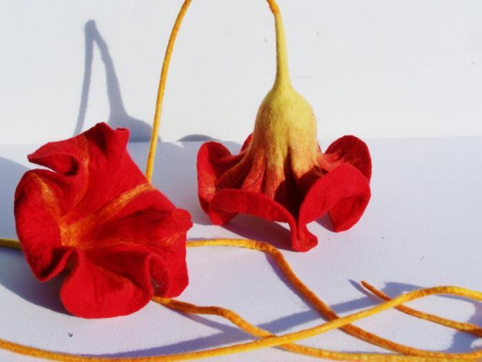 fleurs-en-feutrine-deux-corolles-rouges