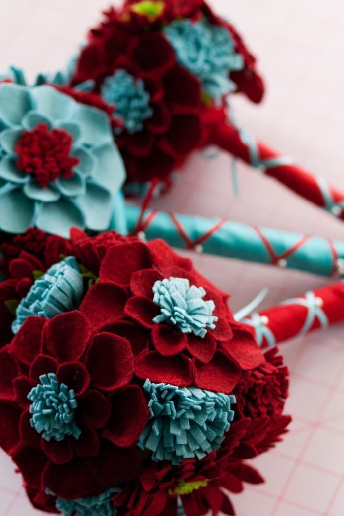 fleurs-en-feutrine-idée-déco-splendide-fleurs-en-rouge-et-bleu