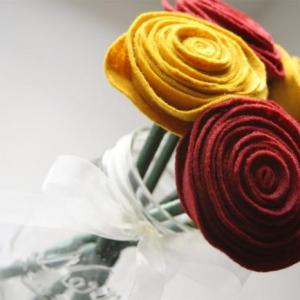 Essayez les fleurs en feutrine - une jolie décoration pour plusieurs cas