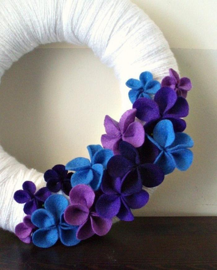 fleurs-en-feutrine-lilas-et-bleu