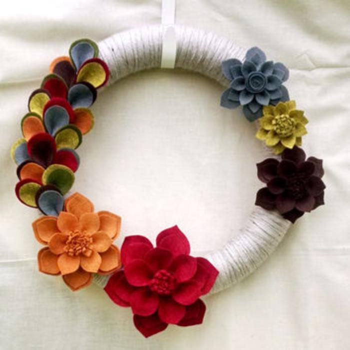 fleurs-en-feutrine-quelle-couronne-pour-la-porte