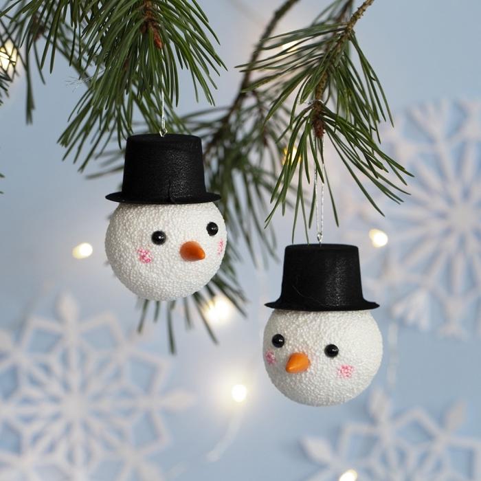 bricolage de noel facile, idée comment customiser une boule de Noël blanche façon tête et visage bonhomme de neige