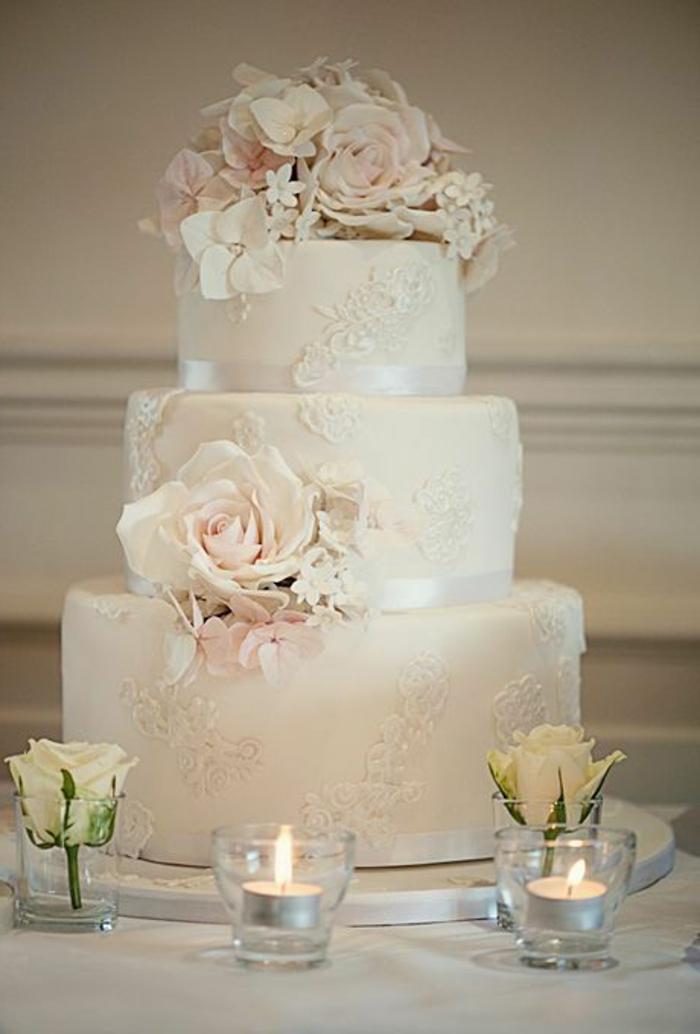 gateau-de-mariage-pièce-montée-coux-mariage-blanc-avec-decoration-en-fleurs-roses
