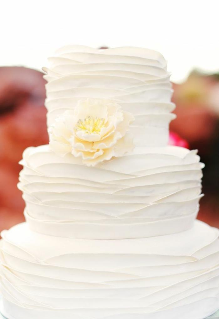 gateau-de-mariage-pièce-montée-coux-mariage-blanche-avec-decoation-et-fleurs