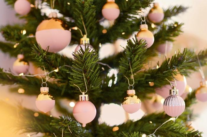 exemple de decoration noel a faire soi meme facile, exemple comment customiser une boule de Noël avec peinture mate