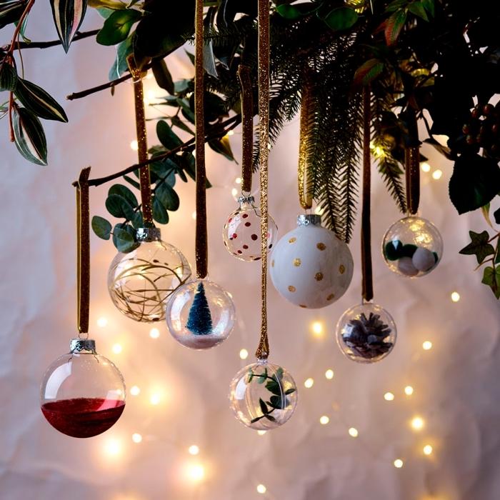decoration sapin de noel à fabriquer facilement, jouets de sapin en forme de boules remplies de pommes de pin et mini figurines de Noël