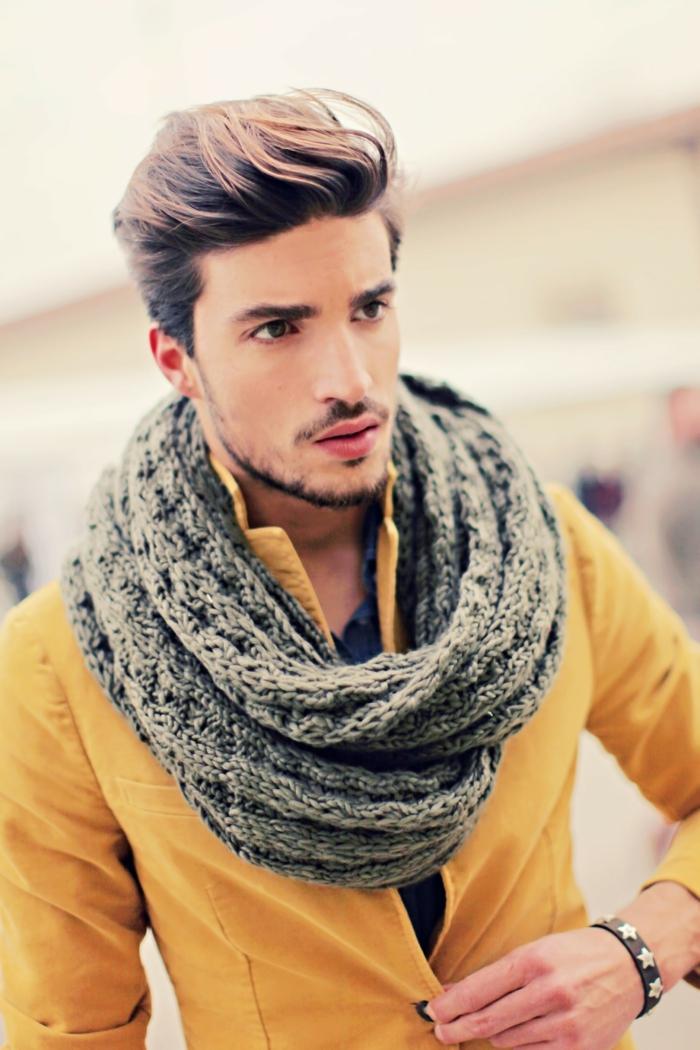 hiver-dans-la-chaleur-de-votre-écharp-stylé-beau-veste-jaune