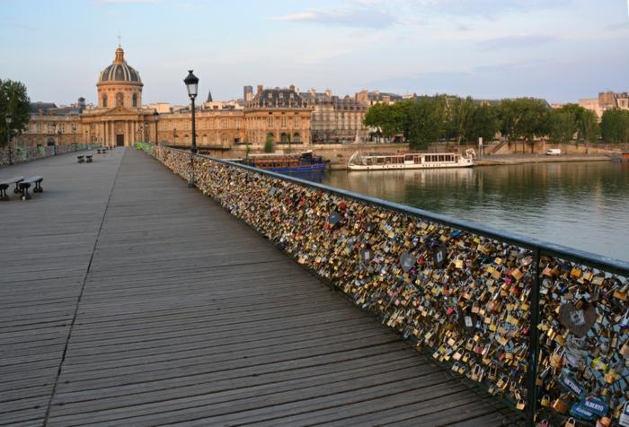 idée-balade-romantique-paris-balade-velo-paris-beauté-cadenas-sur-la-seine-ponte