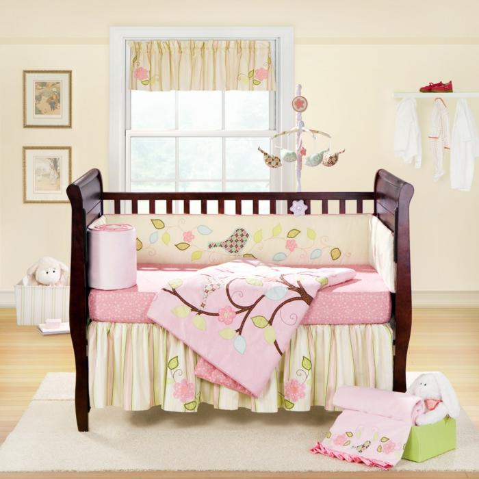 idée-chambre-bébé-fille-linge-de-lit-bébé-fille-bois