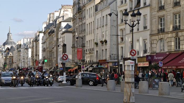 P1090091 France, Paris, la rue Saint-Antoine dans le quartier du Marais (où s'est fait l'achat des Pomerol chez Nicolas)