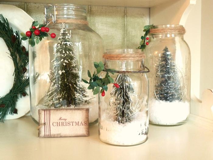 bocal en verre décoré de neige artificielle et sapin figurine dans le pot, deco de noel fait main
