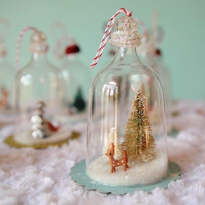 boule à neige diy sous cloches de noel avec neige artificielle et figurines de noel, deco de noel fait main
