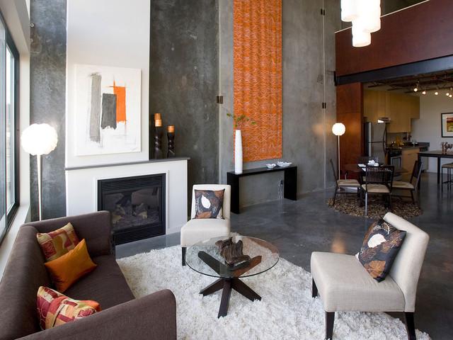 idee-deco-salle-de-seour-tapis-chaggy-blanc-canape-violet-fauteuils-blanches