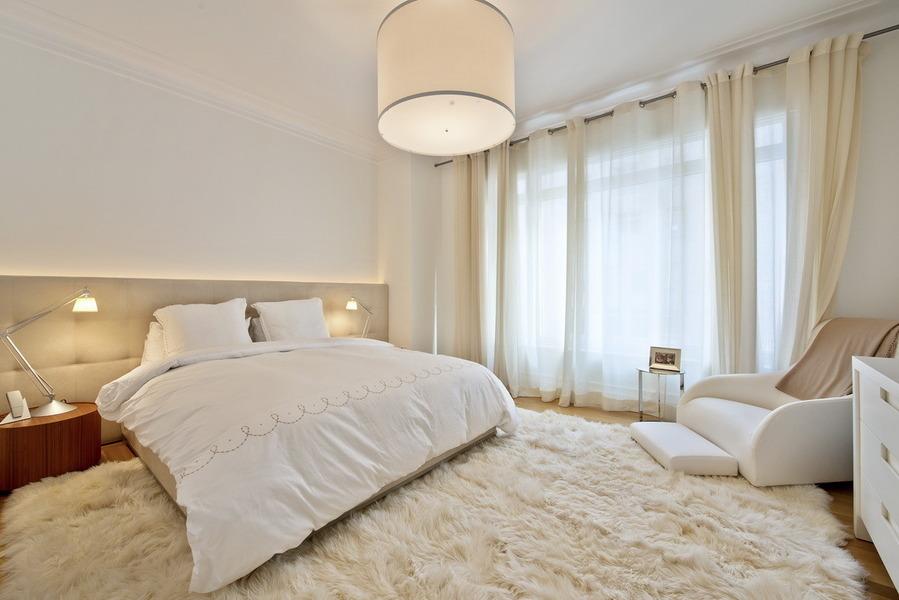 idee-pour-la-deco-cosy-chambre-a-coucher-blanc-et-beige.-drapeaux