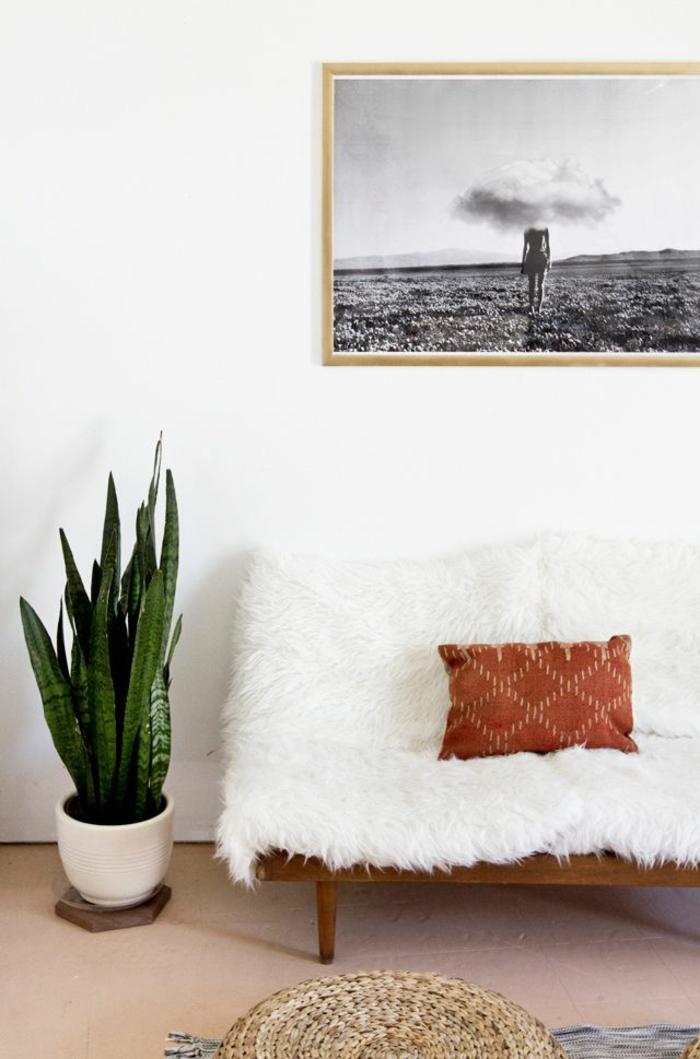 joli-canapé-avec-plaid-fausse-fourrure-pas-cher-blanche-pour-couvrir-le-canape-blanc-dans-le-salon