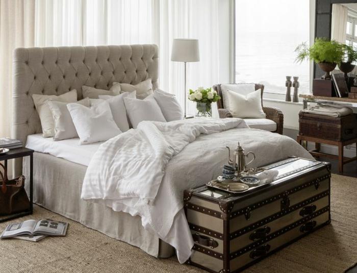 joli-chambre-a-coucher-avec-tete-de-lit-matelassée-gris-dans-la-chambre-a-coucher-moderne